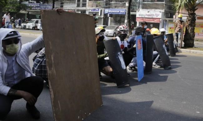Поне 18 протестиращи са убити за ден в Мианмар
