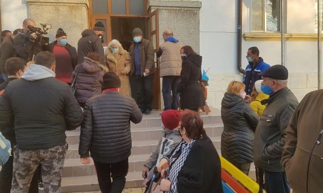 В Обзор излизат на протест, има несъгласни с референдума