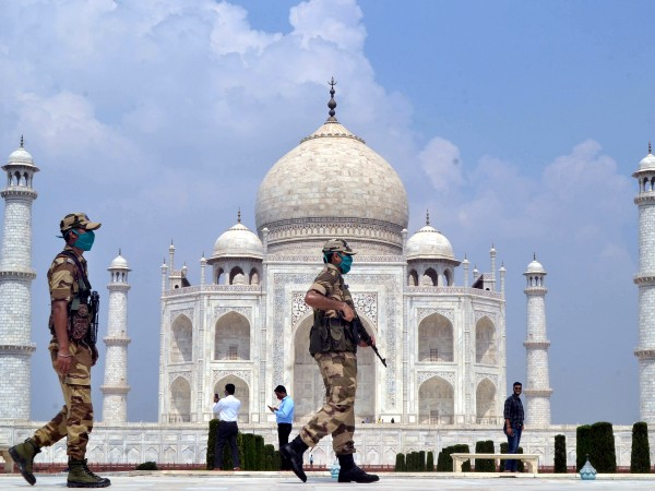 Сигнал за бомба затвори популярния сред туристите мавзолей Тадж Махал,