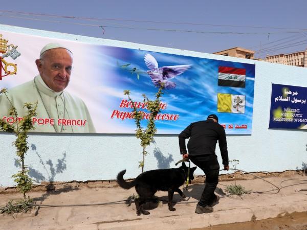 Отивайки в багдадската църква, където работи като пазач, Натик Ануар