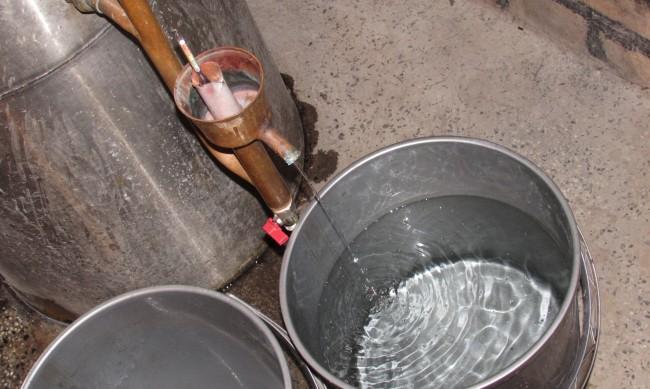 Полицаи иззеха 300 литра ракия и спирт без платен акциз