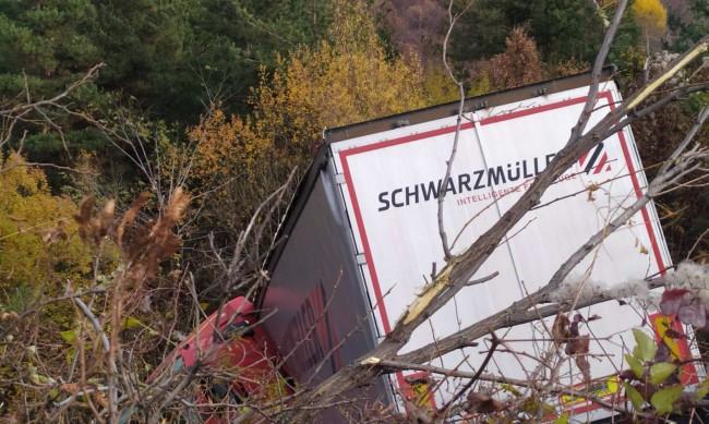 Камион падна в канавка заради неправлина маневра
