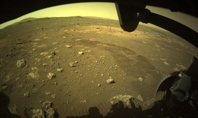 """Роувърът """"Пърсивиърънс"""" с първи стъпки на Марс"""