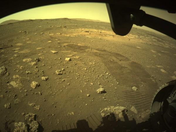 """Роувърът """"Пърсивиърънс"""" (""""Постоянство"""") направи първите си стъпки на Марс. Апаратът,"""