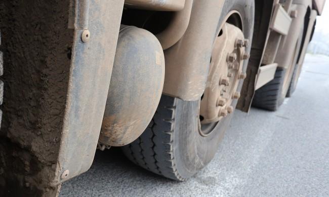 Камион се блъсна в лек автомобил, в който са пътували деца