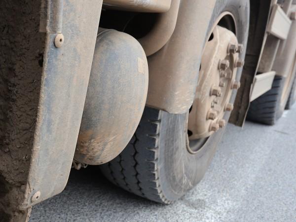 Катастрофа между лек и товарен автомобил затруднява движението през Прохода