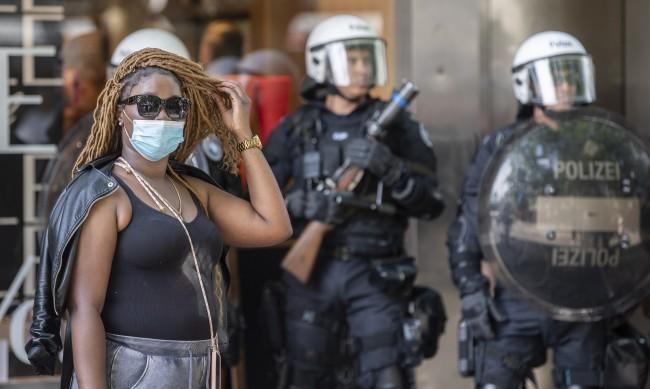 Жена скочи и ухапа полицай в Цюрих