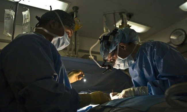 Робот асистира в операция за премахване на тумор от панкреаса