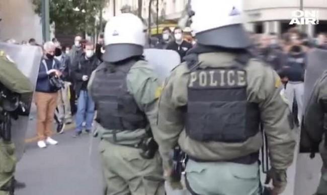 Глоба за разходка в парка доведе до протести в Атина