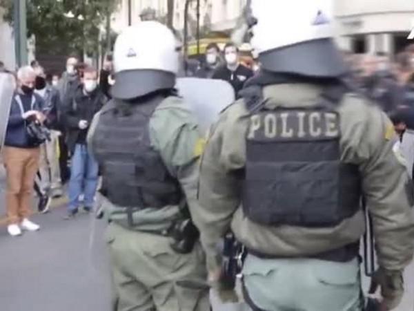 Сълзотворен газ и бой с палки заради протести в Атина.