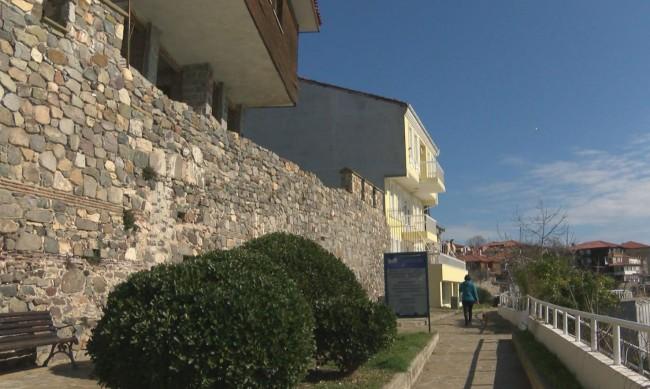 Защо ще събарят част от крепостната стена в Созопол?