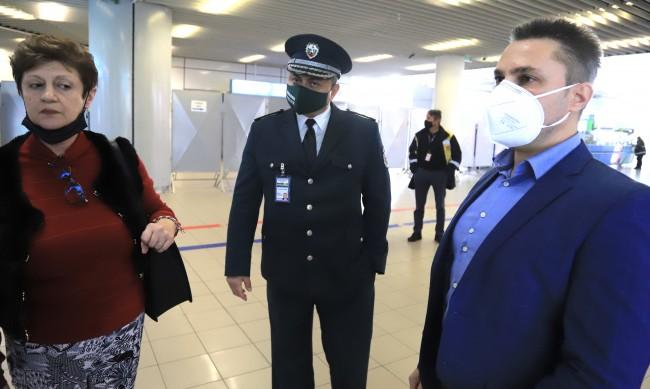 Съдът решава за мярката на индиеца, буйствал в самолет
