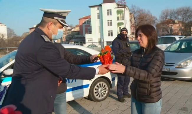 Полицаите в Пловдив спират не с палка, а с цвете днес
