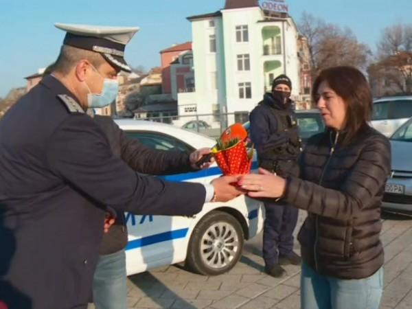 """Пловдивската полиция всяка година има осмомартенска си традиция - """"Цвете"""