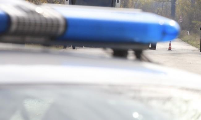 14-годишен подкара кола, заби се в стълб