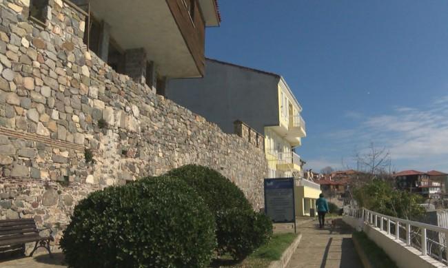 Кметът на Созопол: Ще съборим стената, но няма да платим