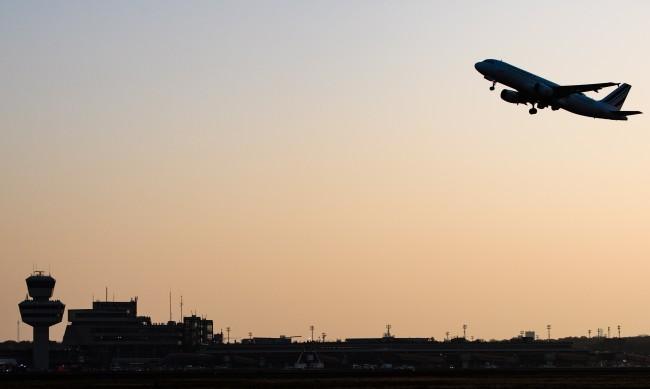 Индиецът, приземил аварийно самолет в София, проявява агресия и в съда