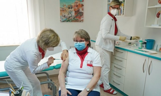 Германия ускорява ваксинациите с AstraZeneca при възрастни хора