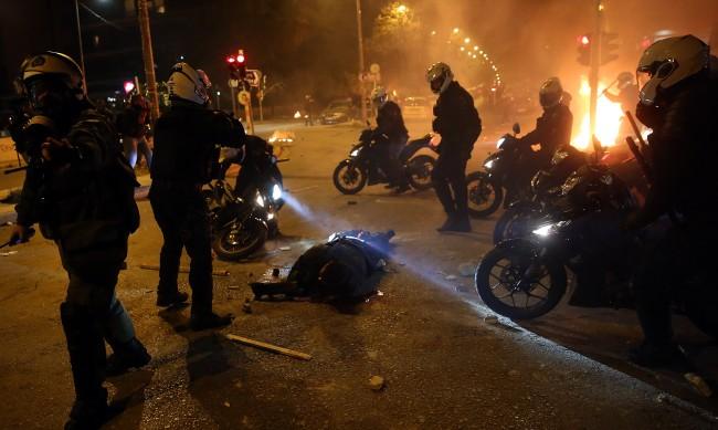 Протестиращи пребиха полицай в Атина, напрежението расте