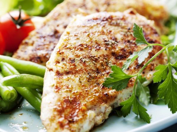 Продукти:4 пилешки гърди, нарязани225 мл зехтинСокът от 1 лимон2 скилидки