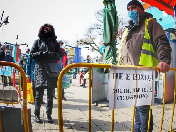Снимка: Димитър Кьосемарлиев, Dnes.bgНе всички клиенти и продавачи носят маски