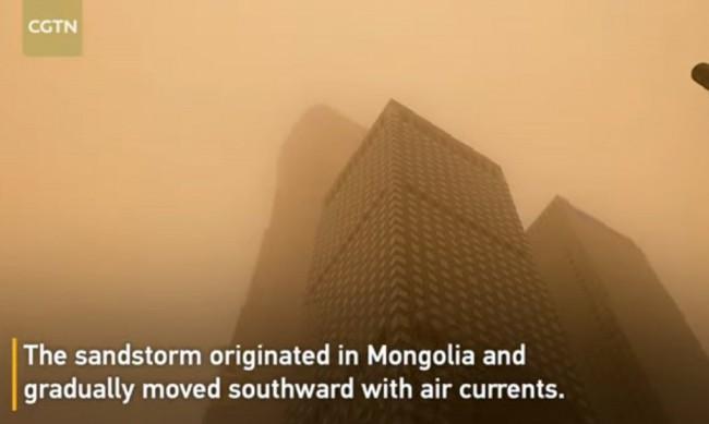 Плътен кафяв прах покри Пекин след силна буря