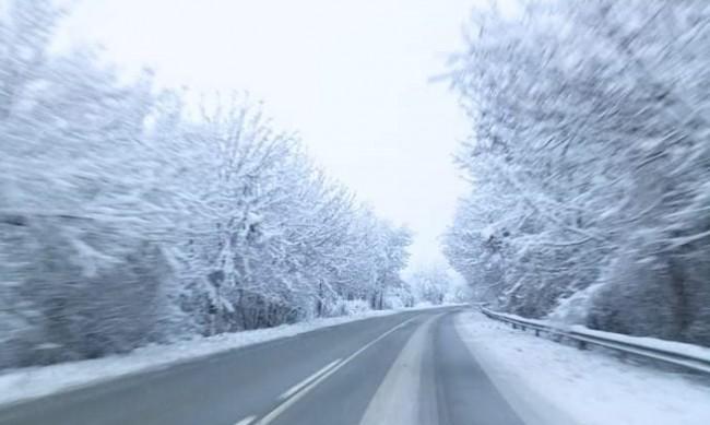 Движението на пътя Самоков - Клисура блокирано заради камион
