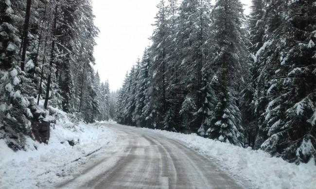 """Паднала снежна маса ограничи движението през """"Петрохан"""""""