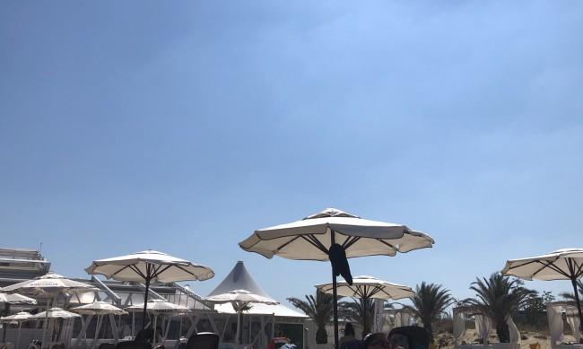 Безплатни чадъри на морето предлагат хотелиери
