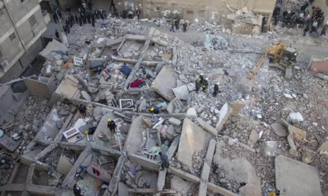 Петима починаха след като рухна сграда в Кайро