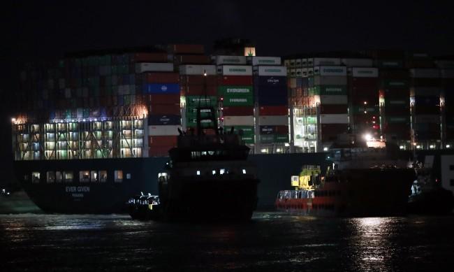 Влекачи успели да преместят леко танкера, заседнал в Суецкия канал