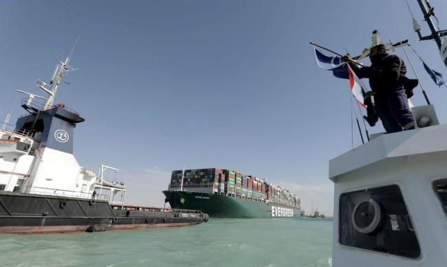 Над 100 кораба от опашката преминават днес през Суецкия канал