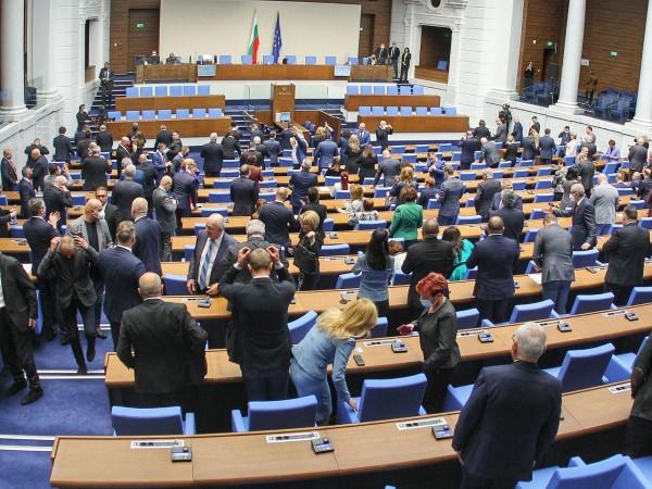 Броени часове преди насрочените в неделя парламентарни избори картината започва