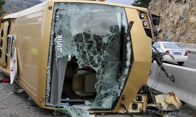 Десетки ранени при преобръщане на автобус в Турция