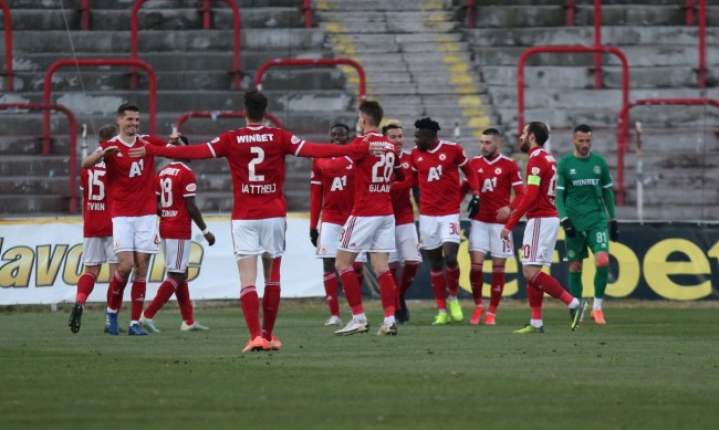 Колко отбора да има в efbet Лига? Левски и ЦСКА с различни мнения