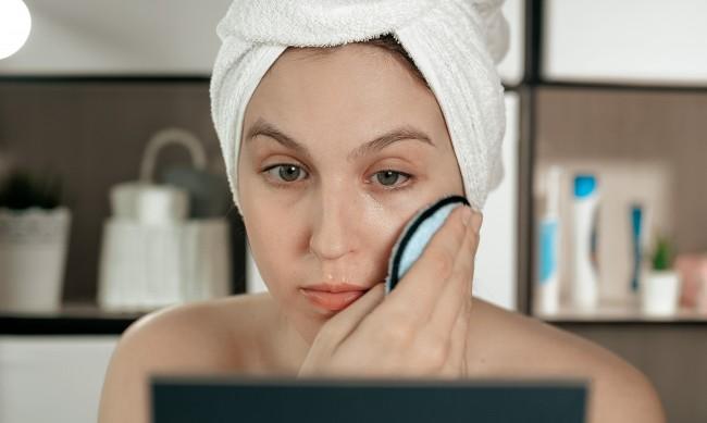 Бръчки около очите - кои вредни навици водят до тях?