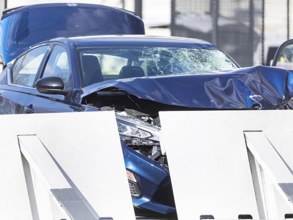 Един полицай загина, а втори е ранен, след като автомобил