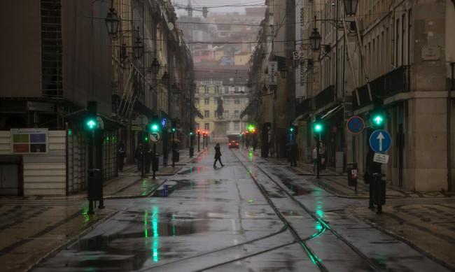 Шампионът в борбата с вируса Португалия плаща висока цена