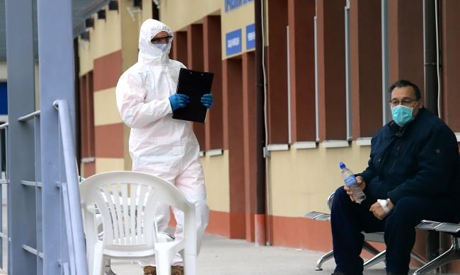 Болни с COVID гласуват в УМБАЛ Бургас, чакат ги със защитно облекло