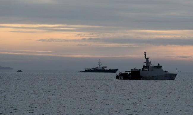 Товарен кораб и лодка се сблъскаха в Индонезия, има изчезнали