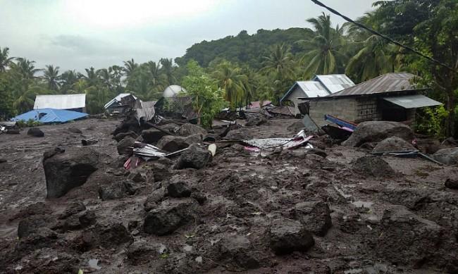 Наводнения и свлачища в Индонезия взеха десетки жертви