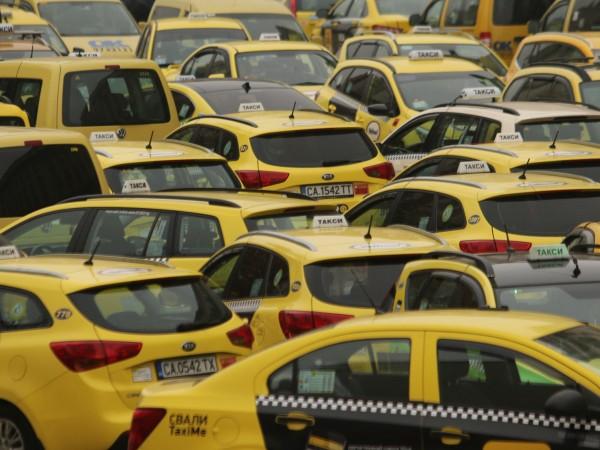Такситата в Бургас вече задължително трябва да вдигнат първоначалната си