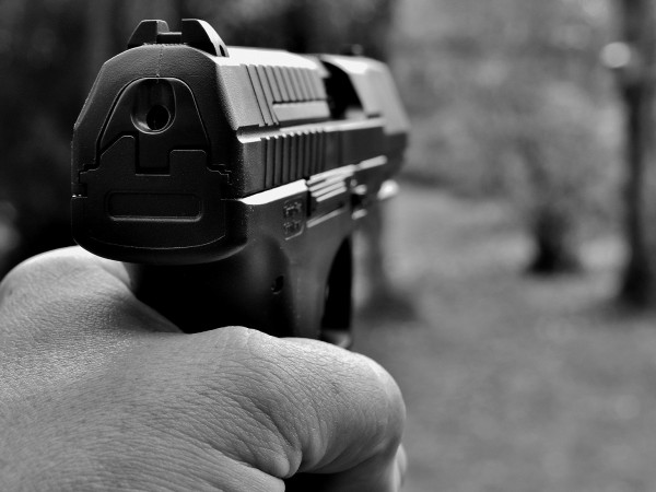 Мъж извади пушка и разстреля кучето на съседа си след
