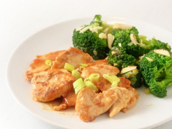 Продукти:1 глава броколи, накъсана на розички60 г масло, разтопено2 супени