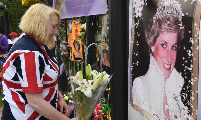В памет на принцеса Даяна - специален плакет пред дома й в Лондон