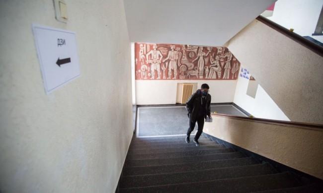 Решават кои учениците се връщат в класните стаи