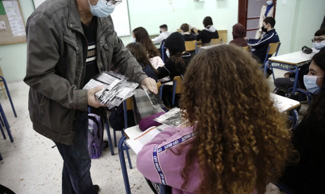 Гръцките ученици се връщат в гимназиите от 12 април