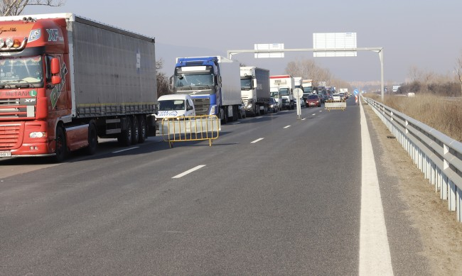 """Ограничават движението на камиони от 5-ти до 23-ти км на АМ """"Тракия"""" към Бургас"""