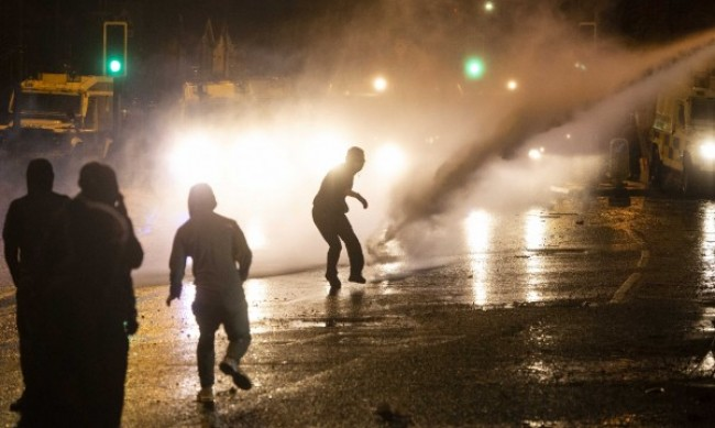 Бомби, бутилки, тухли по полицаите в Белфаст