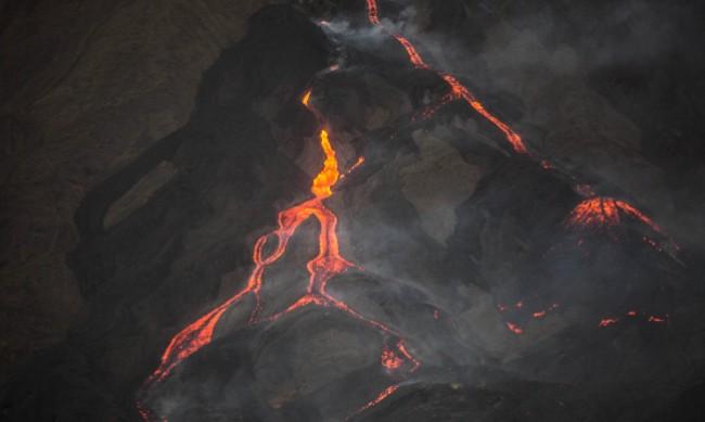 Вулкан изригна на о. Сейнт Винсент, хиляди се евакуираха